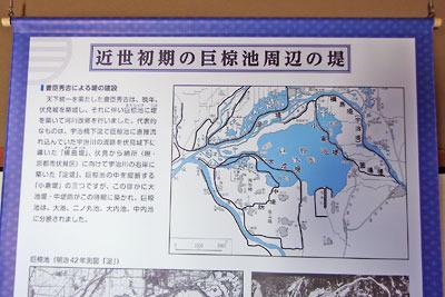 京都市街南郊の旧巨椋池内の堤防集落「東一口」に残る旧山田家住宅の、長屋門内に展示されていた近世初期の巨椋池の堤図