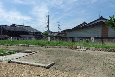 京都市街南郊の旧巨椋池内の堤防集落「東一口」に残る旧山田家住宅の、敷地内に残る蔵跡の基壇