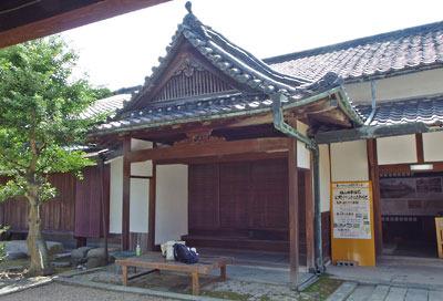 京都市街南郊の旧巨椋池内の堤防集落「東一口」に残る旧山田家住宅主屋の式台付玄関