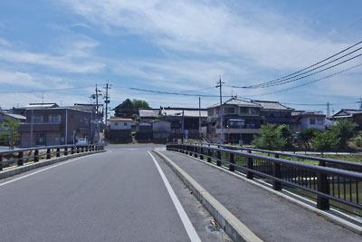 京都市街南郊の旧巨椋池跡から見た、池なかの堤防集落「東一口」と旧山田家住宅