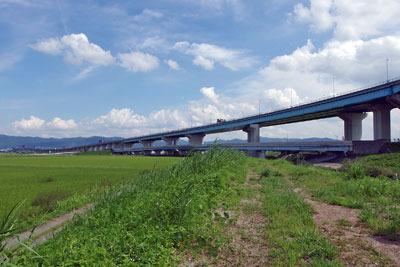 京都市街南郊の旧巨椋池干拓地で見た、東一口から続く「大池堤」跡を踏襲した排水路堤防道と干拓地を横切る京滋バイパス
