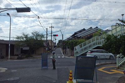 京都南部にあった巨椋池を縦断していた小倉堤(太閤堤)上の旧大和街道(正面の高まりに続く道)と、それを切り通す旧国道24号線