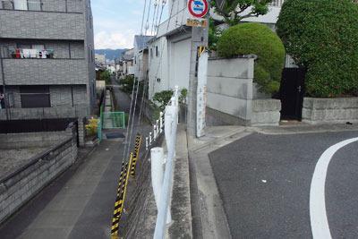 京都南部にあった巨椋池を縦断していた小倉堤が槙島西方で寸断され生じた宅地の段差