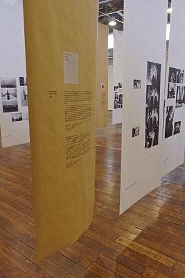 ロバート・フランクの「ブックス アンド フィルムス、1947-2017 神戸展(Robert Frank, Books and Films, 1947-2017 in Kobe)」の各部冒頭を飾る、茶色のロール紙による解説