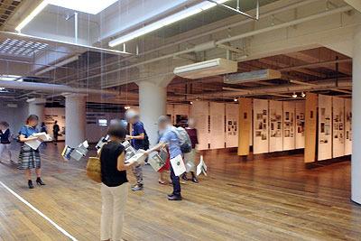 ロバート・フランクの「ブックス アンド フィルムス、1947-2017 神戸展(Robert Frank, Books and Films, 1947-2017 in Kobe)」の会場中程に設けられた、宙に写真集等が浮く糸吊り閲覧展示