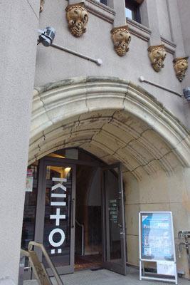 建物も貴重で面白い、ロバート・フランク「ブックス アンド フィルムス、1947-2017 神戸展(Robert Frank, Books and Films, 1947-2017 in Kobe)」が開かれたKIITOの玄関