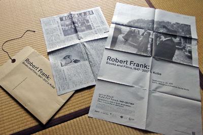 ロバート・フランク「ブックス アンド フィルムス、1947-2017 神戸展(Robert Frank, Books and Films, 1947-2017 in Kobe)」で販売されていた、茶封筒入りの特製新聞風カタログ