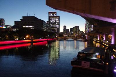 大阪中心部にあるギャラリー「白(HAKU)」から京阪北浜駅までの帰路に見た、川面に夕焼けや照明が映る大阪中之島の夕景(夜景)