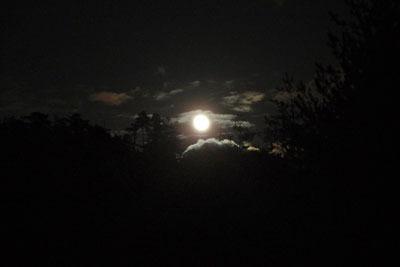 山会「野営会,キャンプ,焚火,キャンプファイヤー,飯盒炊爨,東空の雲間から出る満月翌日の月」