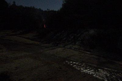 山会「野営会,キャンプ,焚火,キャンプファイヤー,飯盒炊爨,焚火明かりと月光に輝く川」