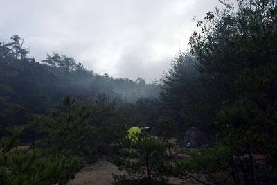 山会「野営会,キャンプ,焚火,キャンプファイア,飯盒炊爨,靄かかる野営地」