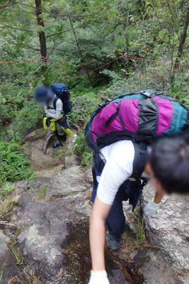 滋賀県・湖南アルプス太神山中の急登の道をゆく野営会参加者