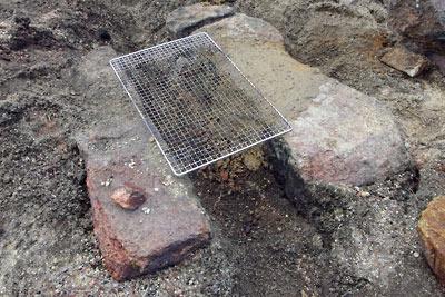 石組みと粘土で補修された、滋賀県・湖南アルプス太神山中の野営地の竈