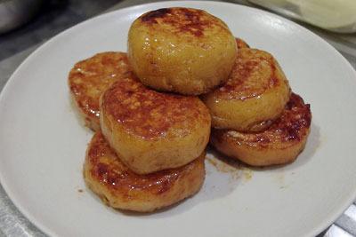 手工「いももち,芋餅,北海道名物,道産じゃがいも,砂糖醤油を絡めて完成した、いももち」