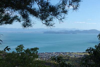 楊梅の滝付近、寒風道から見えた北小松集落と琵琶湖と沖島の眺め