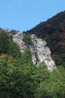 獅子岩にとりつくロッククライマー
