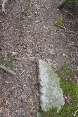 涼峠とヤケ山間の道上にあった楔跡ある石材