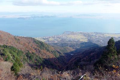 釈迦岳近くの山上からみた家棟川上流谷の紅葉と南比良集落・琵琶湖・小松沼
