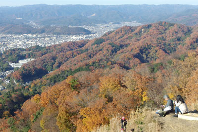 大文字火床頂部からみた山の紅葉と京都市街