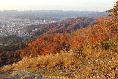 大文字火床頂部から見た夕陽に染まる山の紅葉