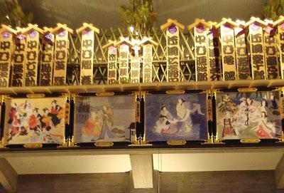 歌舞伎顔見世の特設開催が行われた、京都岡崎の「ロームシアター京都」正面を飾る、師走・年の瀬の風物詩「招き看板」