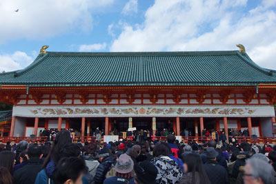 参拝客で混みあう元日午前の平安神宮神殿(大極殿)
