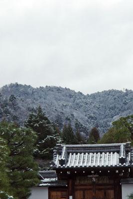 霊巌寺寺門背後の雪の大文字山