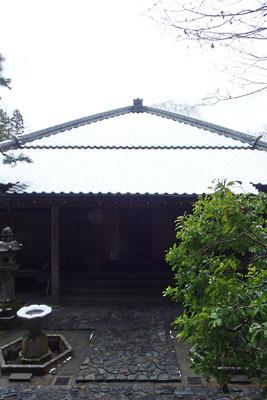 雪が載る法然院本堂