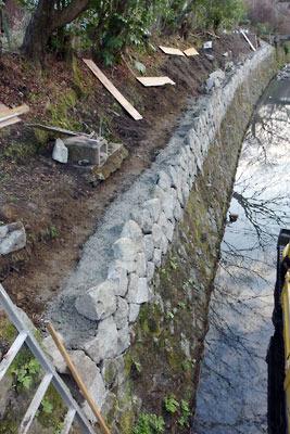 「哲学の道」沿いの疎水の石積み工事