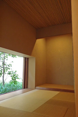 床の間に白子作品が飾られた「eN arts」の茶室。個展「exhibition 8」にて