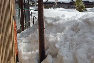 勝山市郊外にある家の残雪