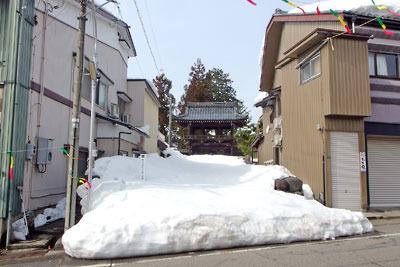 勝山旧市街の寺前を塞ぐ残雪