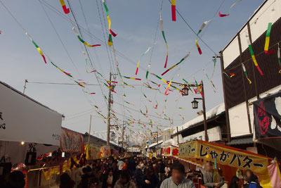 福井県勝山の左義長祭の見物客で賑わう旧城下の商店街