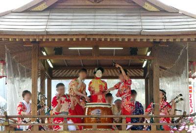 左義長祭で最も演技力が高いとされる櫓の演奏