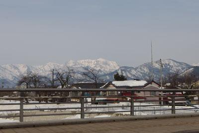 勝山駅前の橋上からみた大日山(だいにちさん。中央奥。1368m)