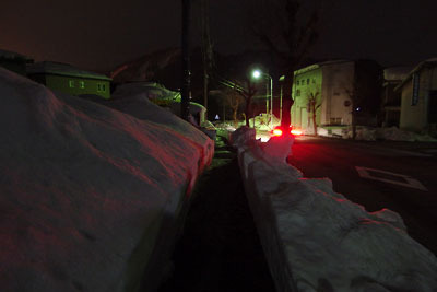 雪残る勝山市郊外の夜の歩道