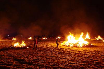 福井県勝山の弁天河原で行われる左義長祭のどんど焼き