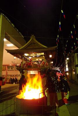 どんど焼き後も続く福井県勝山の左義長櫓での演奏