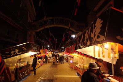 終り近づく、どんど焼き後の福井県勝山左義長祭の露店