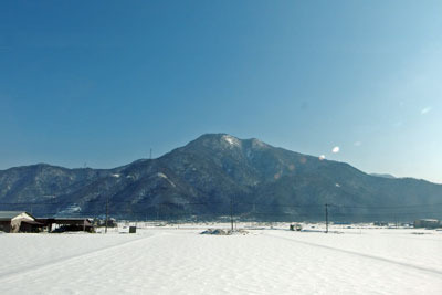 福井平野南部の雪景色と日野山