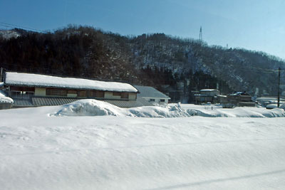 雪に埋もれた福井県の今庄駅