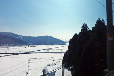福井から山越えして達した滋賀北部「近江塩津」の雪景色と中央奥に光る琵琶湖の水面
