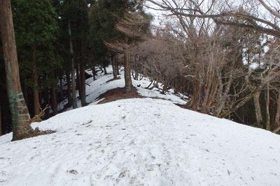 皆子山東稜線ルートの尾根筋に現れた雪
