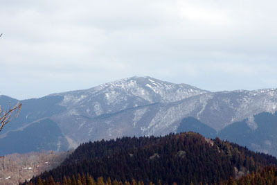 皆子山頂上高原から見た比良山脈の蓬莱山