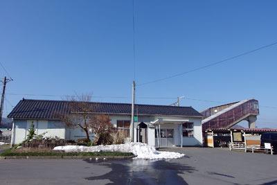 僅かに雪が残るJR北陸線の王子保駅