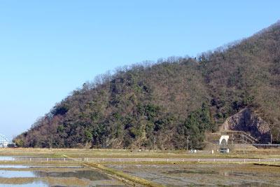 日野山左肩(北側)の尾根終端部と、その隧道横に見える岩盤。