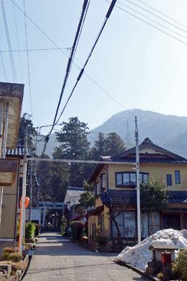 日野山登山口がある中平吹集落と背後に聳える日野山