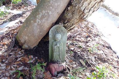 日野山古道沿いの笏谷石製の古い石佛