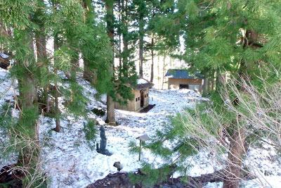 残雪ある日野山室堂平