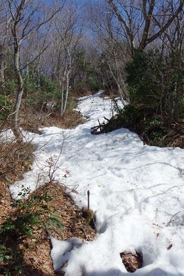 残雪ある日野山の難所「比丘尼転がし」